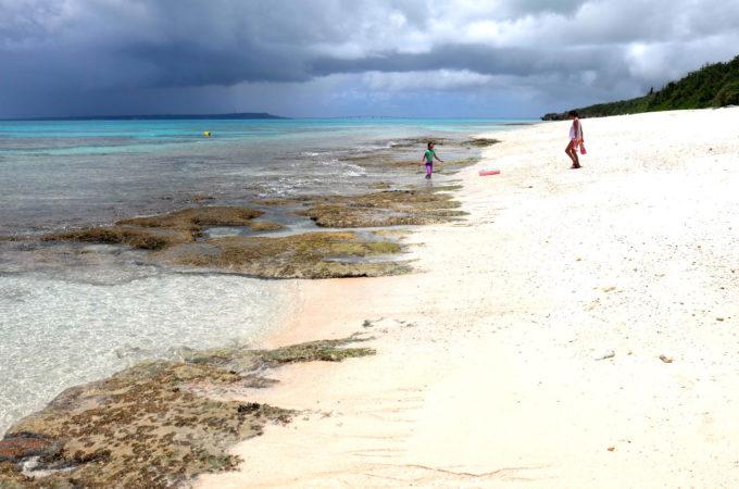 岩肌が見えている長間浜