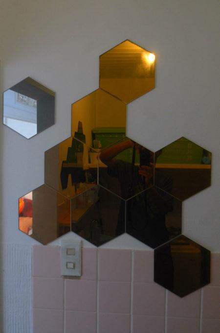バスルームにある幾何形状のミラー