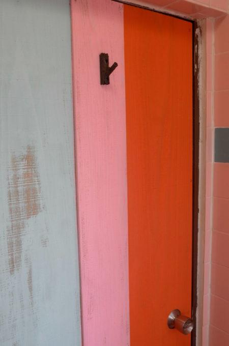 カラフルなバスルームのドア