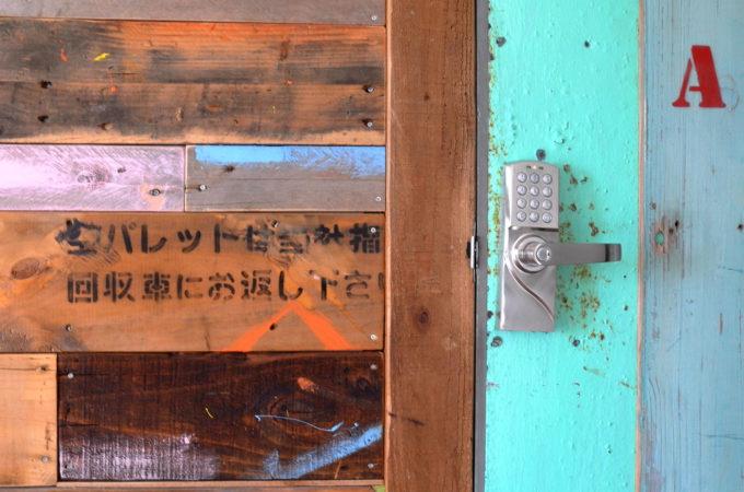 廃材で作られた壁面とドミトリーのドア