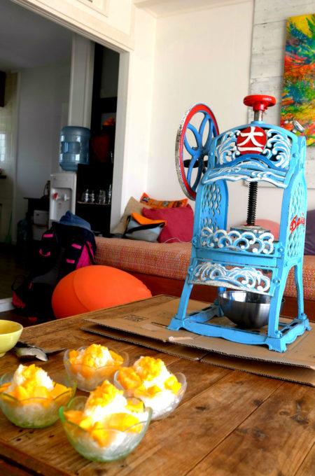 年代物のかき氷機で「マンゴー氷」を作る