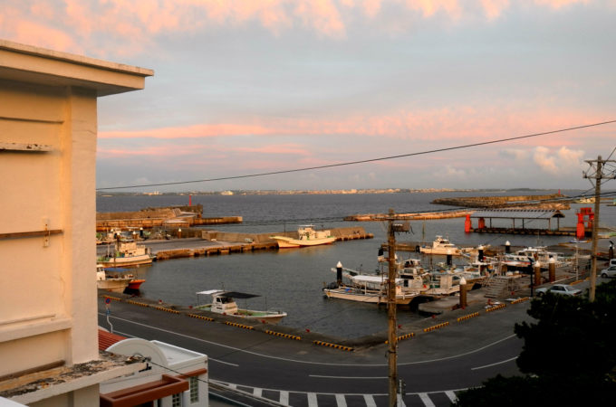 屋上から眺めた佐良浜港