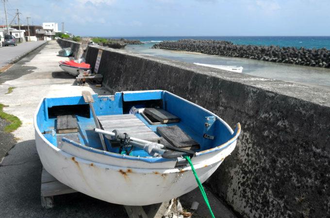 堤防に横付けされた船
