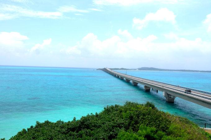 宮古ブルーの海の上を走る池間大橋