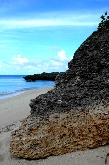 長年に渡る波の侵食によってできた岩の縞