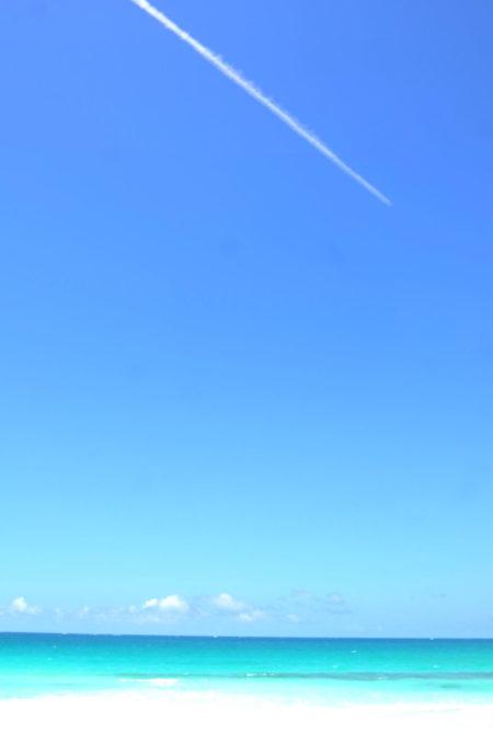 真っ青な空を切り裂くような白い飛行機雲