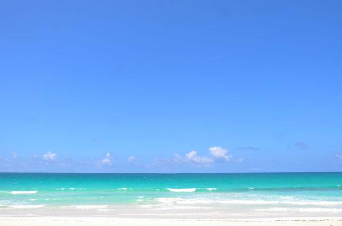 水平線を境に広がる空と海