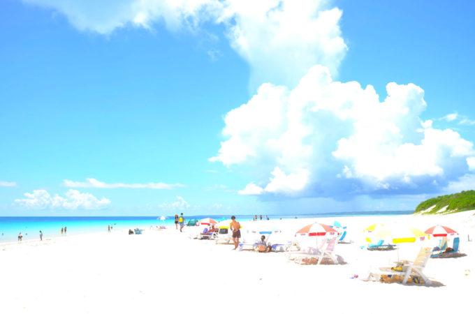 与那覇前浜ビーチは幅広でまっ白な砂浜が特徴