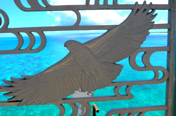 来間大橋の欄干にあるサシバのレリーフ