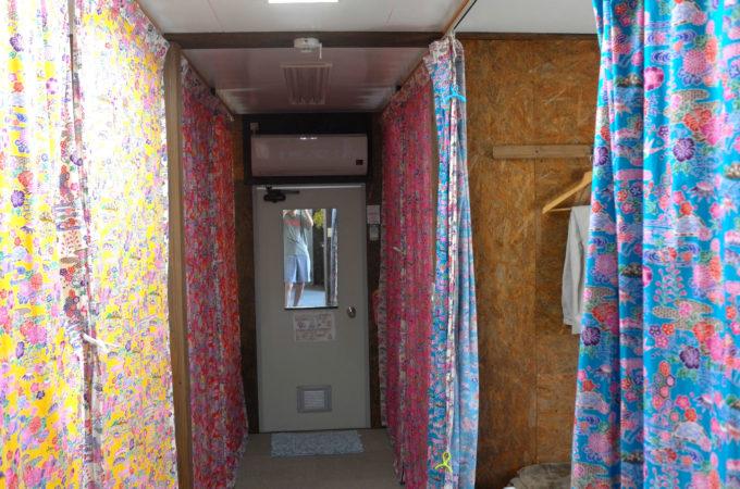 沖縄独特の紅型柄個室カーテン