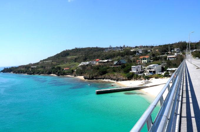 瀬底大橋の上から瀬底島を眺める