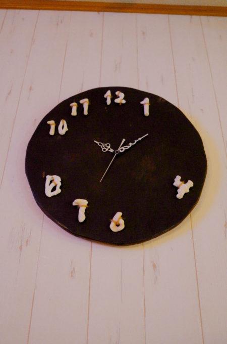 時刻の数字が埋まるのを待つ時計