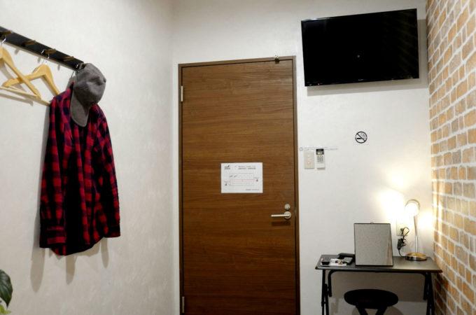 部屋の中のテレビと小さなテーブル、椅子
