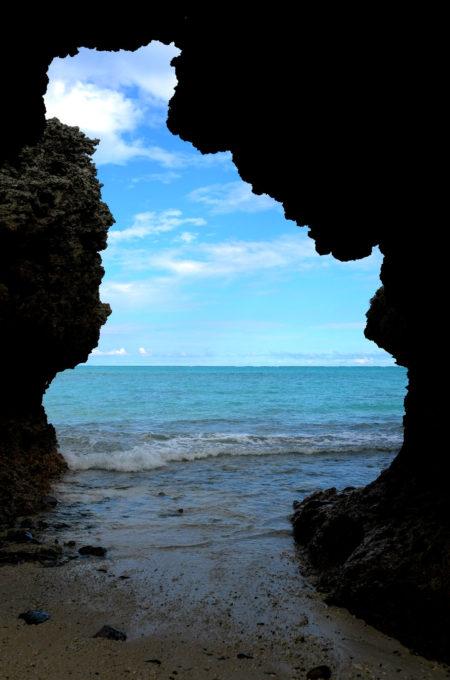 侵食して洞窟状になった岩