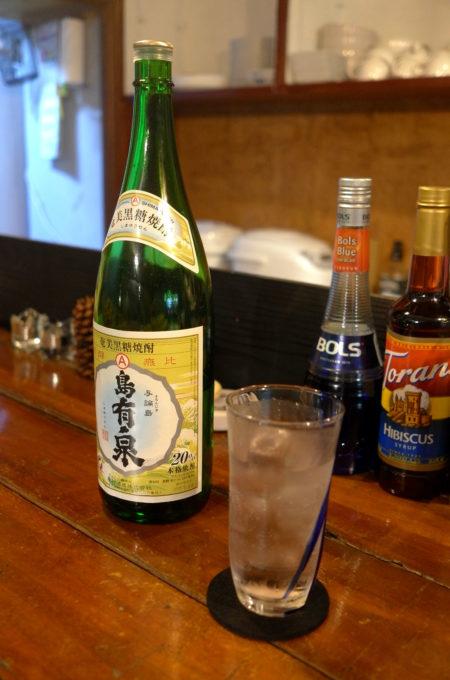 カウンター上の奄美黒糖焼酎