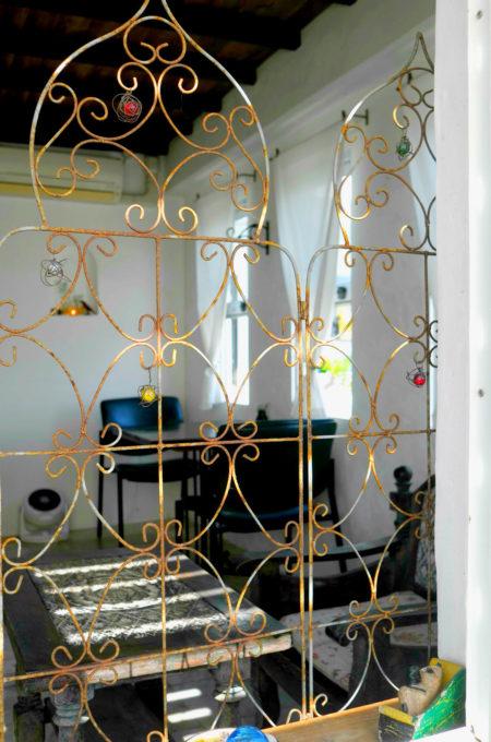窓辺に立てかけられた金属の線材でできた間仕切り