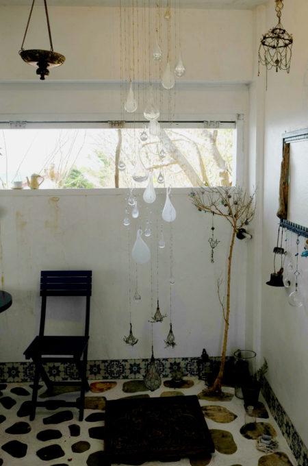 手作りのガラスオブジェが吊るされています