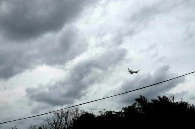 曇り空を飛ぶ飛行機