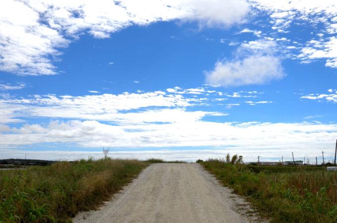 広い空と道