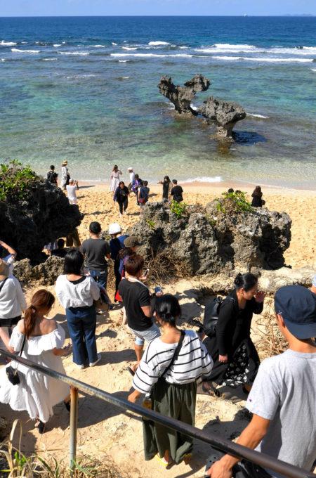 ハート岩近くのビーチは人だらけ!