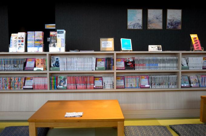 和風ラウンジの漫画本の棚