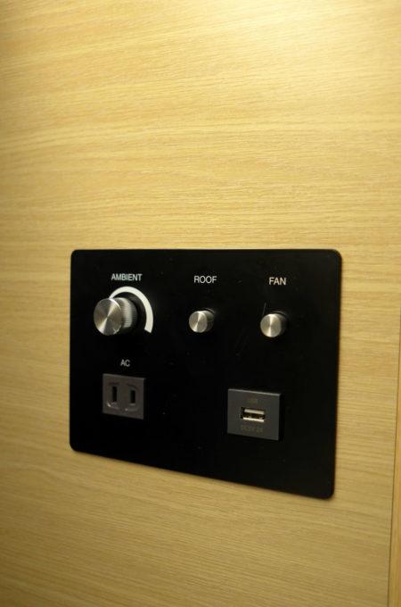 調光ダイヤル、ルーフライトボタン、ファンボタン、コンセント、USB充電口