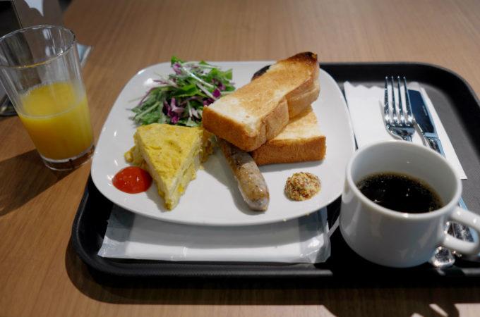 トースト、ウィンナー、卵焼き、サラダの朝食