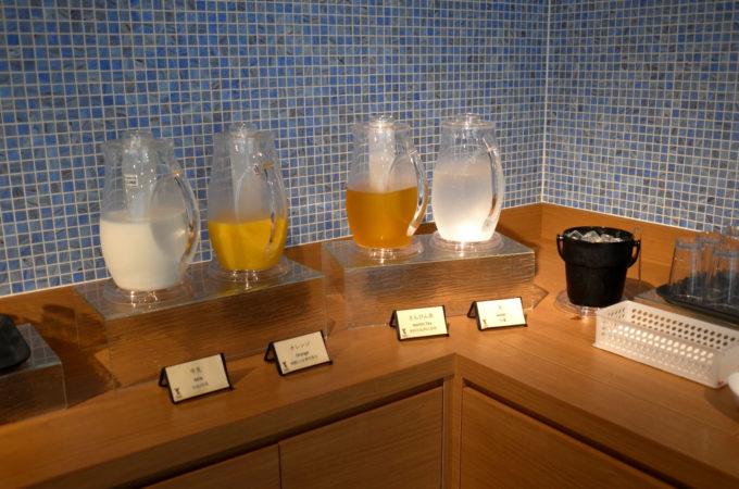 レストランに置かれている、ミルク、オレンジジュース、さんぴん茶、水