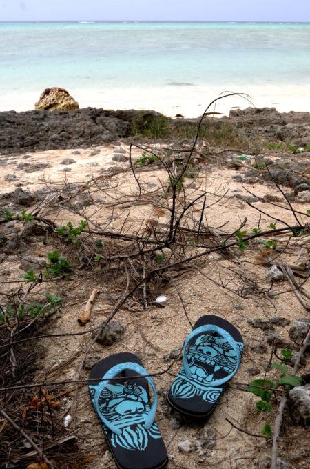 海辺に置かれたビーサン
