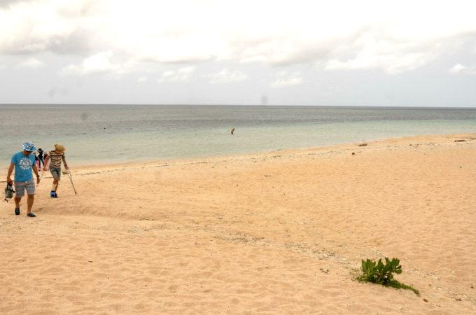 ビーチを歩く観光客