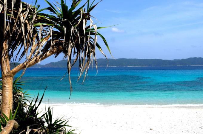 晴れた日の座間味島の古座間味ビーチ