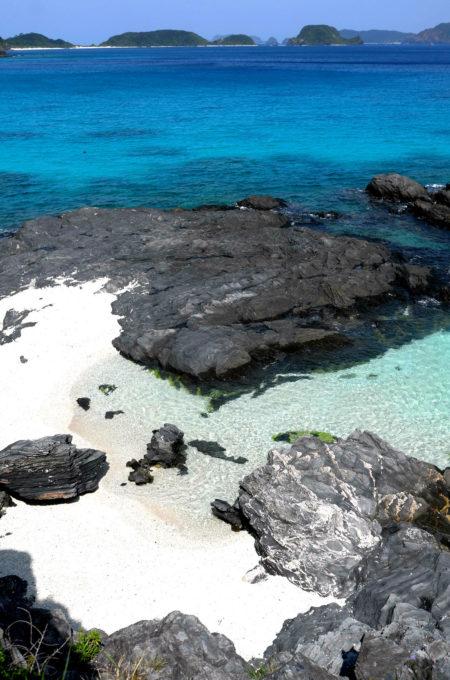 色が変化する海の岩場の風景