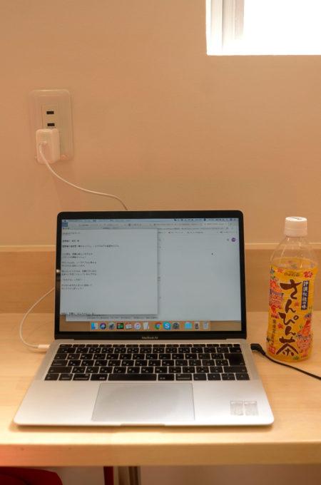 電源とUSBポートが備わったデスク