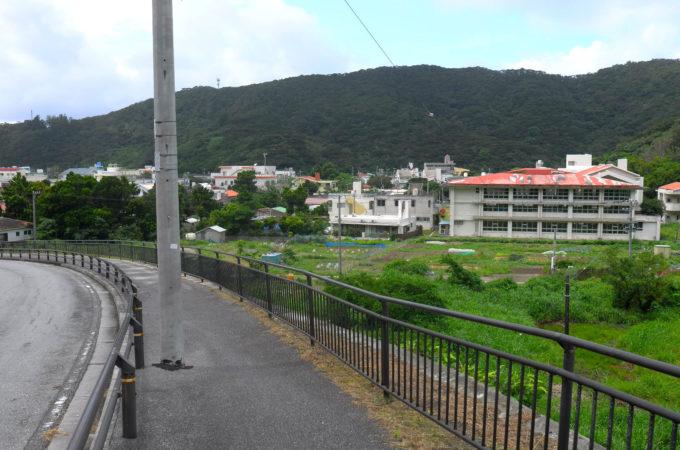 坂道!右手に赤い屋根の小学校