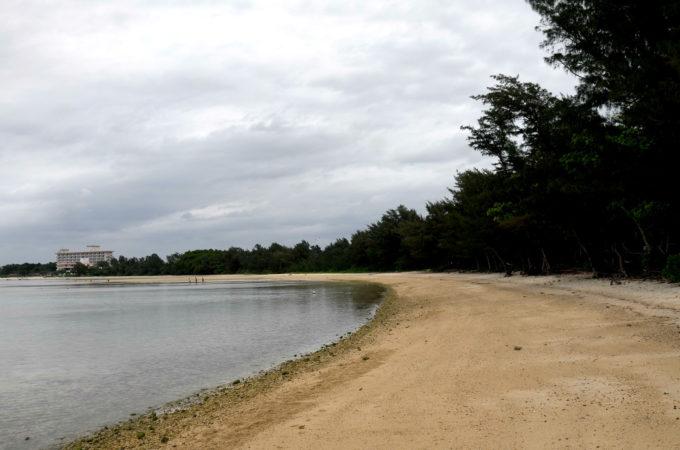 ビーチ入り口から右手風景