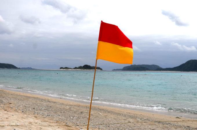 ビーチで風にたなびくフラッグ