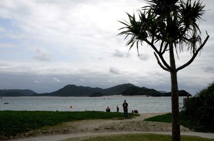 どんより曇った沖縄のビーチ