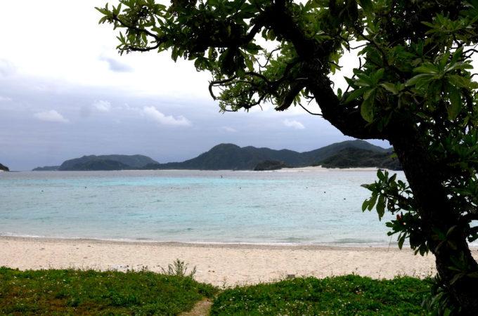 曇りの日のビーチ