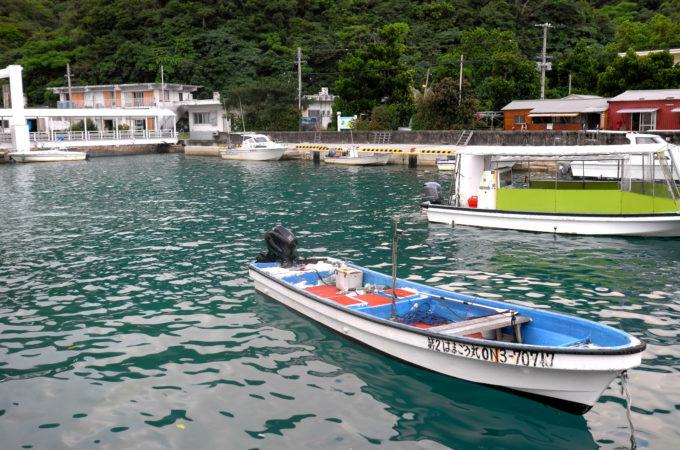 船浮港に停泊する船やボート