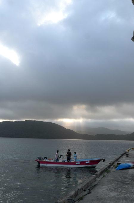 ボートで学校に通う子供たち