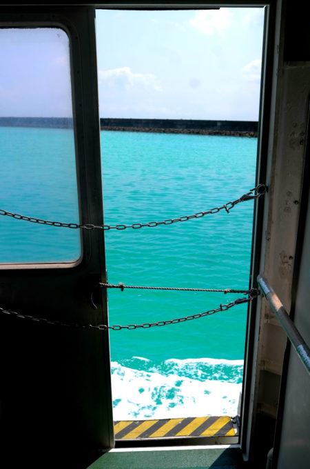船の上から見た鳩間ブルーの海