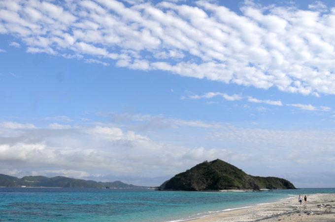 ビーチを覆うウロコ雲