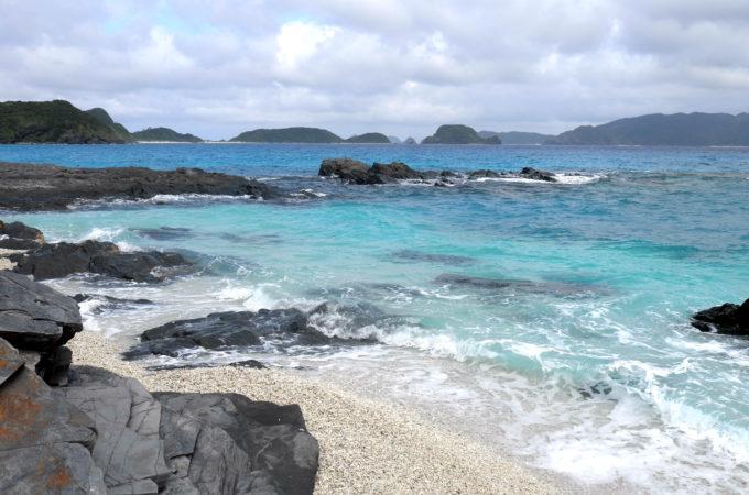 海の地形によってさまざまなブルーが見られる