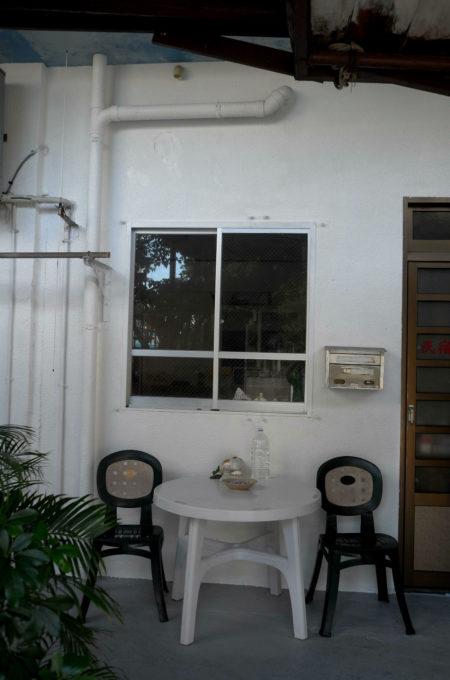 散歩で見かけた民宿のテーブルと椅子