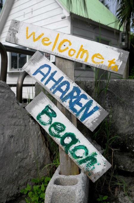 ビーチ前の標識