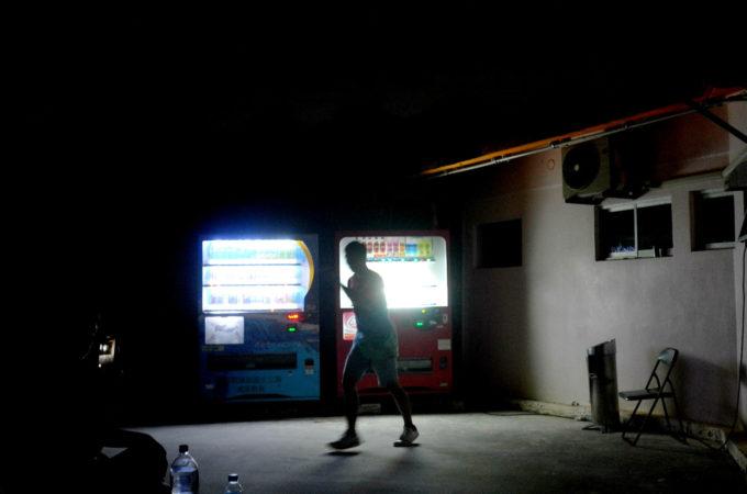 管理棟の前でダンスの動画収録をしていた青年