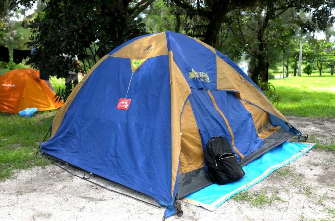 キャンプ場のテント