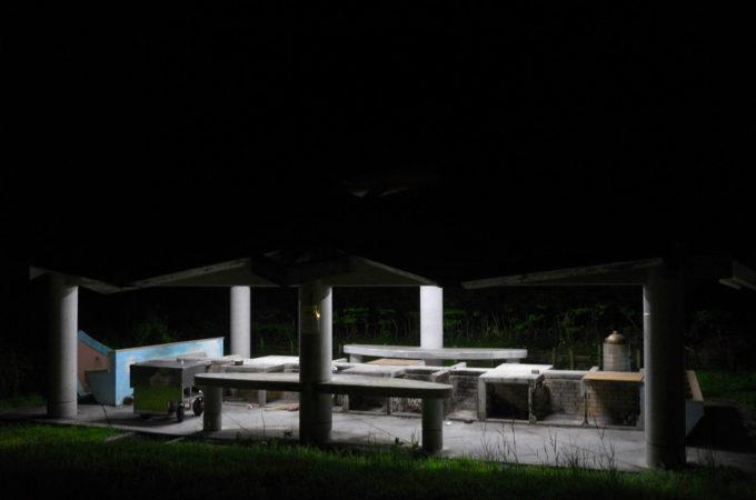 夜の帳に浮かび上がる夜の炊事場