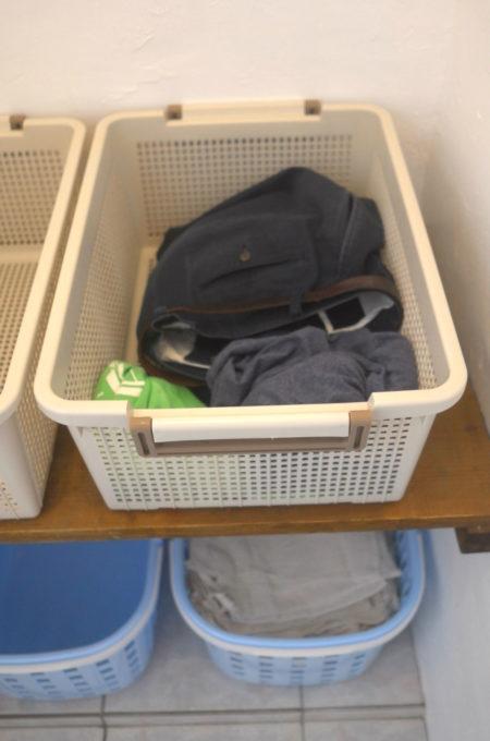 脱衣かごの下に大量の雑巾が置いてありました