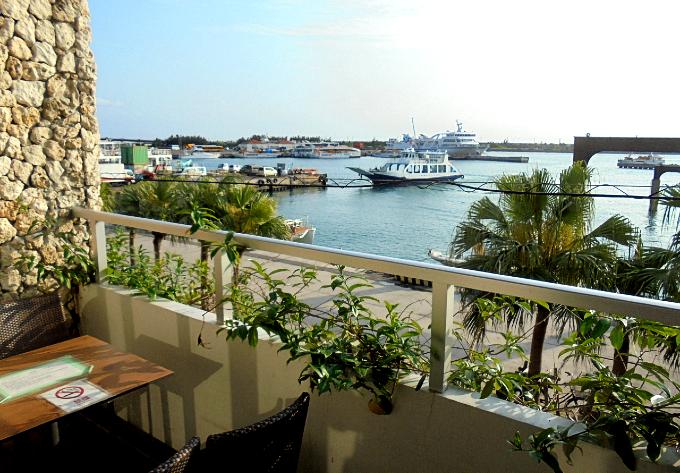 テラスから港を眺める